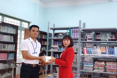 Hưởng ứng phong trào tặng sách cho thư viện